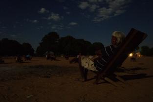 Foto - Warã - Dorpsraad bij volle maan in het Xavante dorp Caçula - Kees van Vliet - Augustus 2011