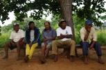 Foto - Bespreking met een aantal belangrijk personen uit het dorp Pimentel Barbosa over het Casa de Farinha - Foto Kees van Vliet