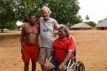 Foto - Frans Leeuwenberg met zijn vrienden en leeftijdsgenoten Barbosa en Antonio in het dorp Pimentel Barbosa - Kees van Vliet
