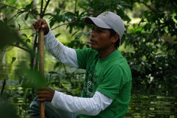 Ángel werkend als gids voor toeristen