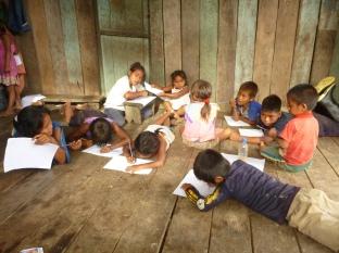 Kinderenactiviteit in de gemeenschap Santa Teresita geleid door Elkin Demetrio